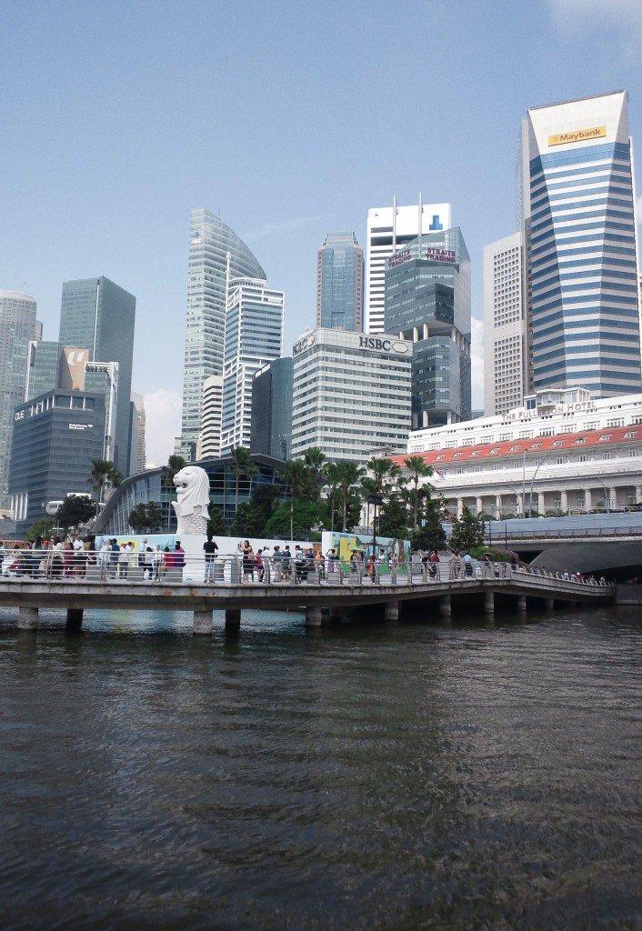 ②初海外は19歳でシンガポールです。