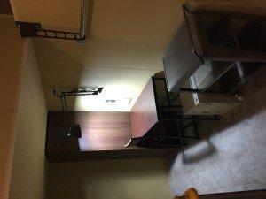 家具も色々。クローゼット、台車、ロッカー、机と椅子、冷蔵庫、ライト、カーテンは標準完備です。