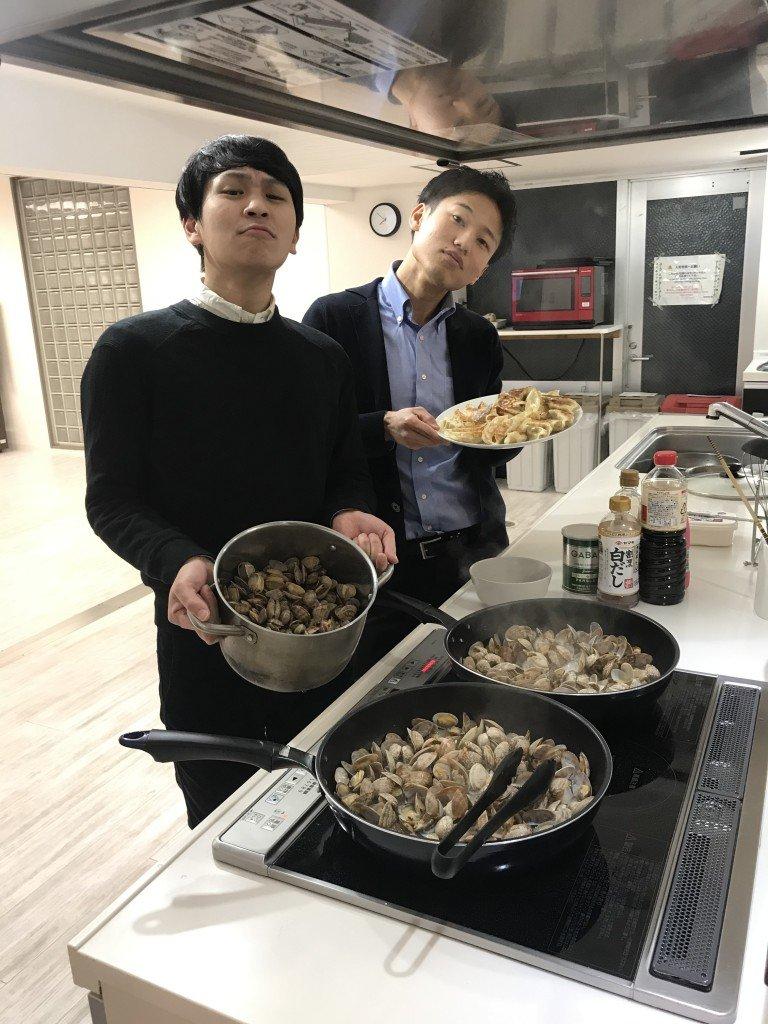 前マネージャーと一緒に料理をする山田マネージャー