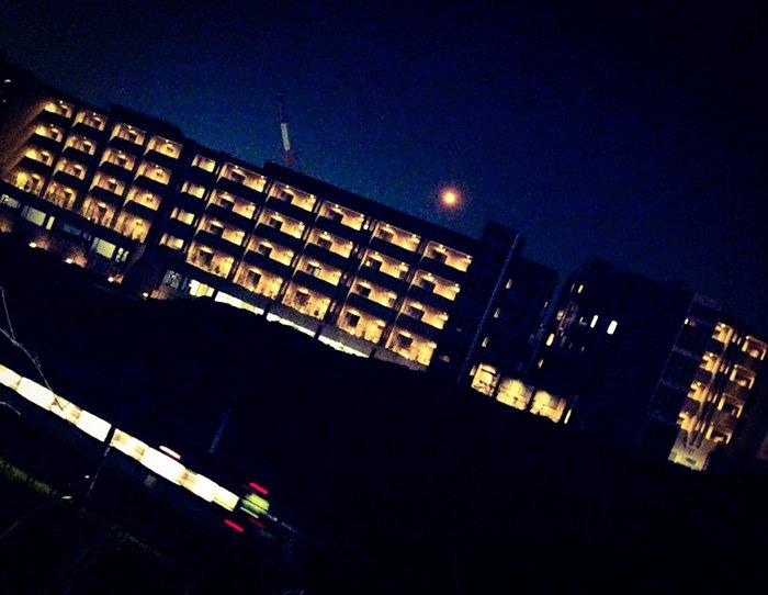 おぼろ月とクレーン車