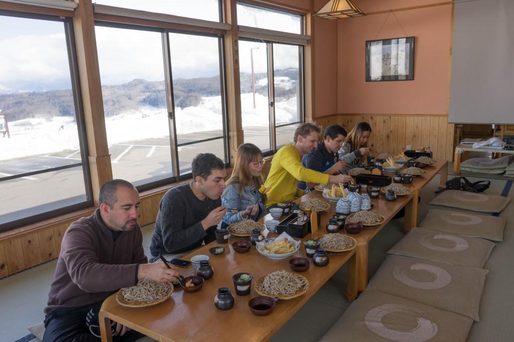 打ったそばを食べるオークハウス外国人入居者@飯綱町