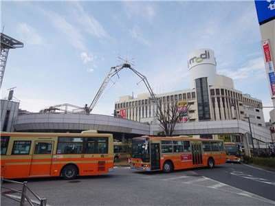 Many arrival and departure of the bus st Totsuka Sta.