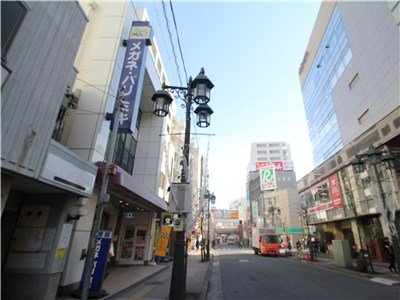 It is as before the property. Lots of streetlights and shops ♪